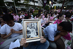 October 13, 2016 - Bangkok, Thailand - Thais gather to praying for Thai King Bhumibol Adulyadej at the Siriraj Hospital in Bangkok, Thailand on October 13, 2016. (Credit Image: © Wasawat Lukharang/NurPhoto via ZUMA Press)