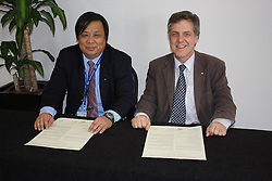 AO Week, Hongjie Xu and Rob Lamb signing a Memorandum of Understanding between the Australian and Shanghai Synchrotrons