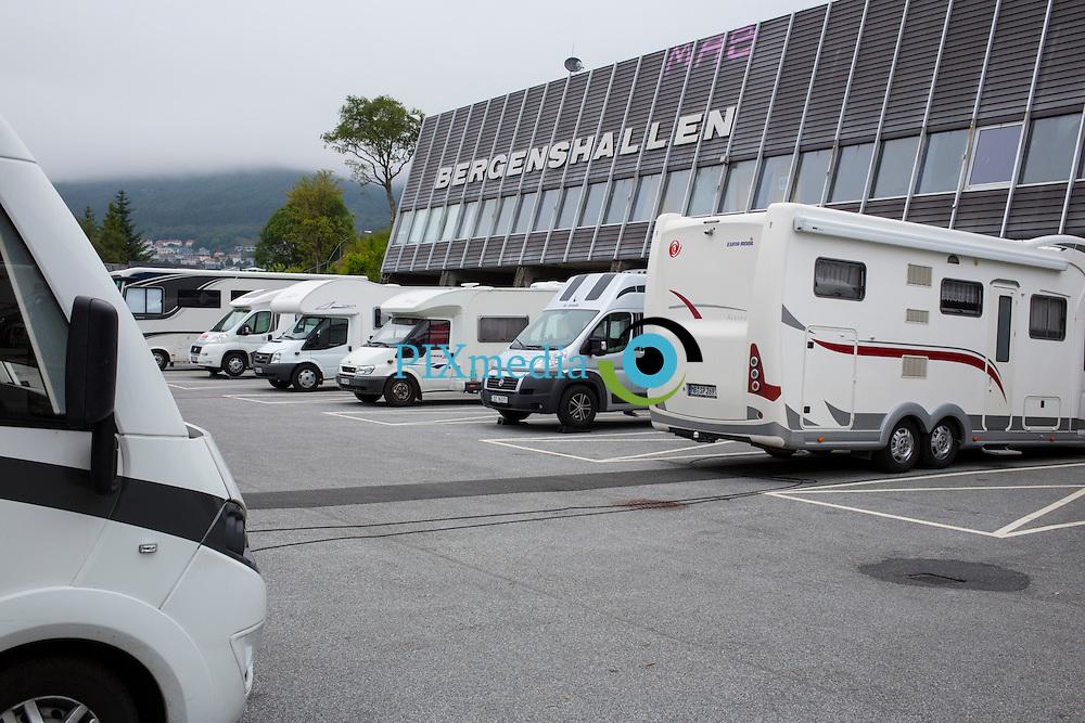 Bergen, Bobilparkering ved Bergenshallen<br /> Bergen kommune tilbyr bobilparkering ved Bergenshallen fra 1. mai til 31. august 2014.<br /> Adresse: Vilhelm Bjerknes vei 24, 5081 Bergen.<br /> <br /> GPS: N 60o21.258 E05o21.526 og N60o21`15&rdquo; E05o21`32&rdquo;<br /> Avgift: Kr. 20,- pr. time og kr. 150,- pr d&oslash;gn.<br /> &Aring;pent: 24 timer alle dager.<br /> Kapasitet: 28 bobiler.<br /> Fasiliteter: Fylling av ferskvann, tapping av spillvann, t&oslash;mming av toalett, t&oslash;mming av boss. Str&oslash;m til noen plasser.<br /> Fasiliteter i n&aelig;romr&aring;det: Bybanen, som bruker ca 10 minutter inn til Bergen sentrum. N&aelig;r Sletten shoppingsenter.<br /> Selvbetjening: Det l&oslash;ses parkeringsbillett fra automat p&aring; omr&aring;det. <br /> Telefon: 55 56 88 50<br /> &copy;Dag W. Grundseth (foto)