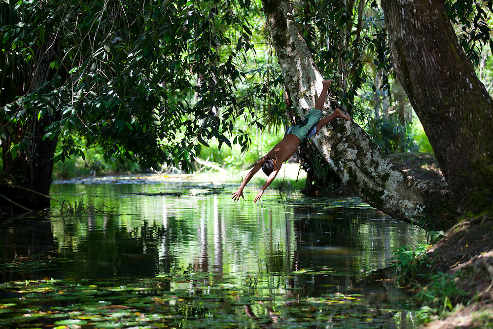 Macapa_AP, Brasil...Comunidade remascente de quilombolas do Curiau, em Macapa, Amapa. Na foto uma crianca pulando no Rio Curiau...The Quilombola remaining of Curiau, in Macapa, Amapa. In this photo a child is jumping in Curiau river...Foto: JOAO MARCOS ROSA / NITRO