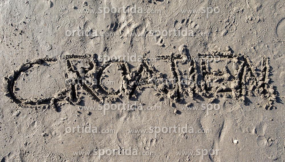 """SYMBOLBILD - der Schriftzug """"Croatien"""" in Sand geschrieben, aufgenommen am 23.08.2015 in Caorle, Italien // the lettering """"Croatien"""" written in sand in Caorle, Italia on 2015/08/23. EXPA Pictures © 2015, PhotoCredit: EXPA/ Jakob Gruber"""