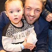 NLD/Amsterdam/20161126 - Studio 100 Winterfestival, Tommie Christiaan met dochter