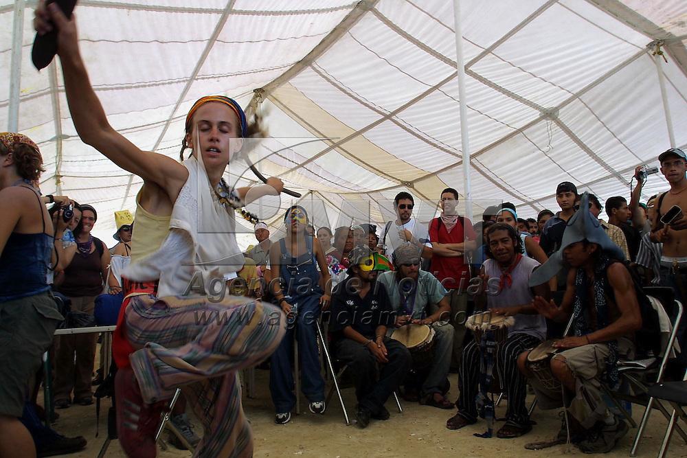 Cancun, M&eacute;x.- Miles de activistas globalifobicos, campesinos e integrantes de organizaciones No Gubernamentales marchan hacia la sede donde se desarrolla la cumbre de la Organizacion Mundial de Comercio. Agencia MVT / Mario Vazquez de la Torre. (DIGITAL)<br /> <br /> NO ARCHIVAR - NO ARCHIVE