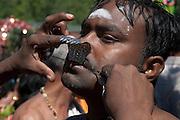 C&eacute;l&eacute;bration religieuse hindoue au Qu&eacute;bec<br /> <br /> Chaque ann&eacute;e, &agrave; la fin du mois de juillet, dans la municipalit&eacute; de Val-Morin, des milliers d&rsquo;hindous se r&eacute;unissent pour c&eacute;l&eacute;brer leur dieu Shiva, une des principales divinit&eacute;s du panth&eacute;on hindou.<br /> <br /> Ces familles viennent de la r&eacute;gion de Montr&eacute;al, mais aussi de Toronto, de Vancouver et des &Eacute;tats-Unis.<br /> <br /> Pendant cette journ&eacute;e, des milliers de fid&egrave;les d&eacute;posent des offrandes au temple ou se font b&eacute;nir par des pr&ecirc;tres. D&rsquo;autres participent &agrave; un d&eacute;fil&eacute; o&ugrave;, pendant plusieurs heures, les fid&egrave;les vont r&eacute;citer des mantras ou chanter des chants religieux. D&rsquo;autres encore prient en s&rsquo;infligeant des s&eacute;vices corporels tout en marchant ou en dansant pendant toute la dur&eacute;e de la procession.