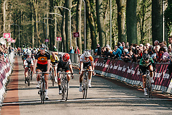 Jolien D'hoore wins the sprint ahead of a disappointed Barbara Guarischi.