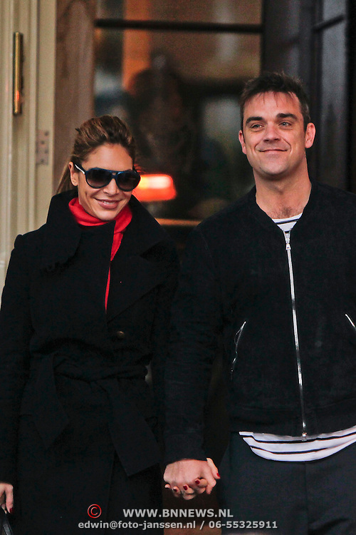 NLD/Amsterdam/20101127 - Take That verlaat hun hotel in Amsterdam, Robbie Williams en partner Ayda Field