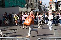 Nederland. Den Haag, 19 september 2006.<br /> Prinsjesdag. Publiek bij paleis Noordeinde. Vlak voor de balkonscene worden de dranghekken verwijderd, het publiek kan de leden van de koninklijke familie gaan bewonderen, monarchie, koninklijk huis, vaderlandsliefde, natie, holland, hollands, oranje. rijksbegroting prinsjesdag opening parlementaire jaar miljoenennota koffertje derde dinsdag van september traditie<br /> Foto Martijn Beekman<br /> NIET VOOR TROUW, AD, TELEGRAAF, NRC EN HET PAROOL