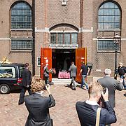 NLD/Volendam/20150703 - Uitvaart Jaap Buijs, aankomst rouwauto