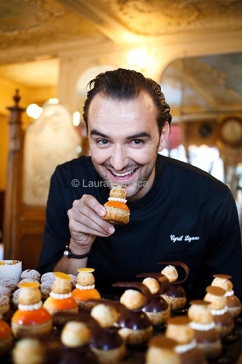 Cyril Lignac, chef cuisinier et pâtissier. A La Pâtisserie de la rue Paul Bert de Paris, le 9 novembre 2011.