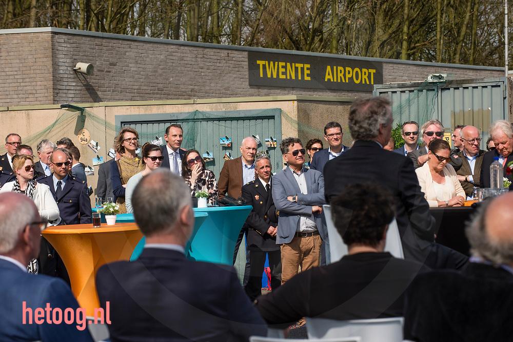 nederland, Enschede 30 mrt2017 officiele overdracht van defensie van luchthaven Twente /airport Twenthe  aan de provincie overijssel. Van militai vliegveld naar de burgerluchtvaart. Aanwezig Staatsecretaris Sharon Dijksma en Eddy van Hijum van de provincie. Overijssel om het gezag over te nemen van de bevelvoerder. Veel publiek aanwezig op en rondom het vliegveld om de eerste vliegtuigen te zien landen.  Defensie regelde het overvliegen van een tweetal F16 als afscheid van het militaire vliegveld. Fotografie Cees Elzenga-HH