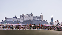 THEMENBILD - Personen überqueren den Makartsteg, dahinter die Festung Hohensalzburg, aufgenommen am 31. März 2019 in Salzburg, Oesterreich // People cross the Makartsteg, behind it the fortress Hohensalzburg, Austria on 2019/03/31. EXPA Pictures © 2019, PhotoCredit: EXPA/Stefanie Oberhauser
