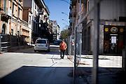 L'AQUILA. UN PASSANTE CAMMINA PER LE STRADE DEL CENTRO STORICO DE L'AQUILA IN GRAN PARTE CHIUSE DA TRANSENNE PER PERICOLO DI CROLLI