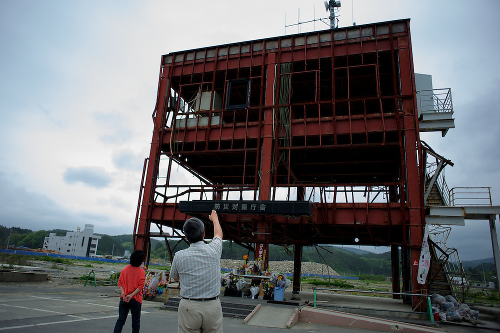 May 29, 2013 - Kesenuma, Japan: Tourists look at the shell of the former tsunami alert centre in Minamisanriku, one of the few remaining buildings standing after the 2011 tsunami, that destroyed 95 per cent of the town and many other locations in northeast Japan. Only the tallest buildings remained and roughly half the population was unaccounted for during the days following the disaster. Around 10 thousand people only were confirmed alive and evacuated in the first week. However, in late June 2011, a total of 1206 were counted as dead or missing. (Paulo Nunes dos Santos)