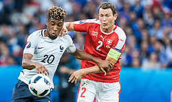 19.06.2016, Stade Pierre Mauroy, Lille, FRA, UEFA Euro, Frankreich, Schweiz vs Frankreich, Gruppe A, im Bild Kingsley Coman (FRA), Stephan Lichtsteiner (SUI) // Kingsley Coman (FRA), Stephan Lichtsteiner (SUI) during Group A match between Switzerland and France of the UEFA EURO 2016 France at the Stade Pierre Mauroy in Lille, France on 2016/06/19. EXPA Pictures © 2016, PhotoCredit: EXPA/ JFK
