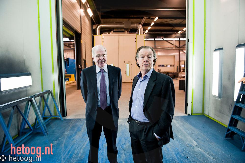 Nederland, Lochem de heren Nico Groen (r) en Kees Peelen (l)) van het bedrijf Safan in Lochem, producent   van werkbanken.