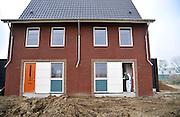 Nederland, Nijmegen, 8-11-2014Bouwvakkers zijn bezig met het bouwen van huizen in de nieuwe wijk Waalsprong, onderdeel van de stadsuitbreiding van Nijmegen in Lent. Schilder, huisschilder legt de laatste hand aan een koopwoning.Foto: Flip Franssen/Hollandse Hoogte