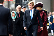 Koning Willem-Alexander, koningin Maxima, president Halimah Yacob van de Republiek Singapore en haar echtgenoot Mohamed Abdullah Alhabshee tijdens de welkomstceremonie op de Dam bij het Koninklijk Paleis. <br /> <br /> King Willem-Alexander, Queen Maxima, President Halimah Yacob of the Republic of Singapore and her husband Mohamed Abdullah Alhabshee during the welcome ceremony on the Dam at the Royal Palace. <br /> Op de foto / On the photo: Koning Willem-Alexander, koningin Maxima, president Halimah Yacob van de Republiek Singapore en haar echtgenoot Mohamed Abdullah AlhabsheeKing <br /> <br /> King Willem-Alexander, Queen Maxima, President Halimah Yacob of the Republic of Singapore and her husband Mohamed Abdullah Alhabshee