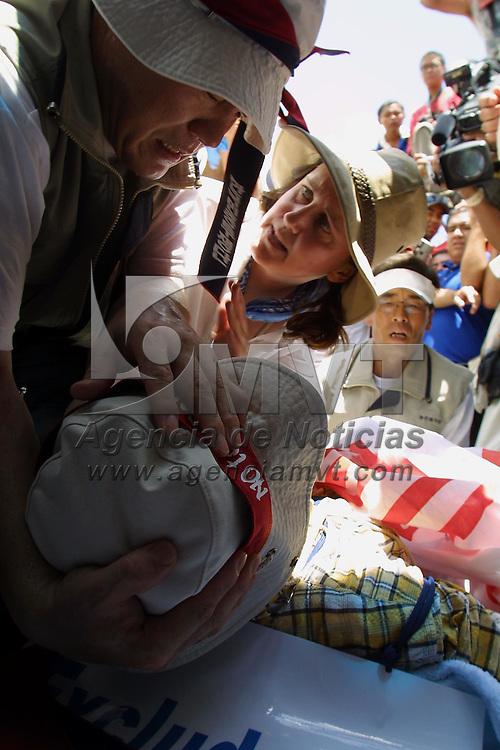 Toluca, M&eacute;x.- Lee Kyung Hae, activista globalifobico Koreano es asistido por sus compa&ntilde;eros luego de suicidarse durante las protestas en contra de la reunion de la Organizacion Mundial de Comercio. Agencia MVT / Mario Vazquez de la Torre. (DIGITAL)<br /> <br /> NO ARCHIVAR - NO ARCHIVE
