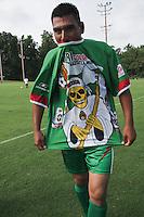 """Un jugador del equipo """"los Momias"""" en la """"Copa Coshecha"""", Kinston, NC 2009. Es un torneo de futbol contestado por equipos de migrantes trabajadores del campo."""