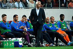 12-08-2009 VOETBAL: NEDERLAND - ENGELAND: AMSTERDAM<br /> Nederland speelt met 2-2 gelijk tegen Engeland / Coach Bert van Marwijk met op de achtergrond Michel Vorm<br /> ©2009-WWW.FOTOHOOGENDOORN.NL