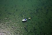 Nederland, Zeeland, Schouwen-Duiveland, 04-07-2006; Grevelingenmeer, zeilboot voor anker in het grootste zoutwatermeer van West Europa; natuurreservaat, Deltawerken, milieu, landschap, natuur, recreatie, pleziervaart, zeilboot, watersport, duiken, rubberboot; luchtfoto (toeslag); aerial photo (additional fee required); .foto Siebe Swart / photo Siebe Swart