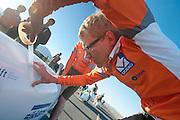 Nauwkeurig wordt de canopy van de VeloX3 van het Human Power Team Delft en Amsterdam dicht geplakt. Het team, bestaande uit studenten van de TU Delft en de VU Amsterdam wil het record breken van 133 km/h. In Battle Mountain (Nevada) wordt ieder jaar de World Human Powered Speed Challenge gehouden. Tijdens deze wedstrijd wordt geprobeerd zo hard mogelijk te fietsen op pure menskracht. Ze halen snelheden tot 133 km/h. De deelnemers bestaan zowel uit teams van universiteiten als uit hobbyisten. Met de gestroomlijnde fietsen willen ze laten zien wat mogelijk is met menskracht. De speciale ligfietsen kunnen gezien worden als de Formule 1 van het fietsen. De kennis die wordt opgedaan wordt ook gebruikt om duurzaam vervoer verder te ontwikkelen.<br /> <br /> The VeloX3 of the Human Power Team Delft and Amsterdam is taped. The team, with students of the TU Delft and de VU Amsterdam, wants to set a  new world record. In Battle Mountain (Nevada) each year the World Human Powered Speed Challenge is held. During this race they try to ride on pure manpower as hard as possible. Speeds up to 133 km/h are reached. The participants consist of both teams from universities and from hobbyists. With the sleek bikes they want to show what is possible with human power. The special recumbent bicycles can be seen as the Formula 1 of the bicycle. The knowledge gained is also used to develop sustainable transport.