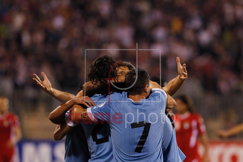 Amã, Jordânia, 13/11/2013. Jogadores uruguaios comemoram gol no jogo Jordânia x Uruguay. A partida é qualificação para a Copa do Mundo 2014 e aconteceu nesta quarta (13) em Amã, Jordânia. Foto: Bilal Jarekji / Frame