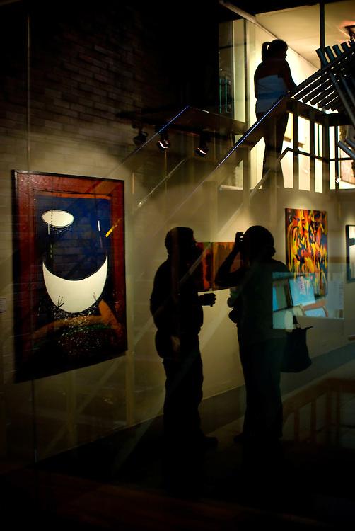 INAUGURACION DEL SALON DE ARTE JUAN LOVERA 2009<br /> Photography by Aaron Sosa<br /> Caracas - Venezuela 2009<br /> (Copyright &copy; Aaron Sosa)<br /> <br /> Inauguracion del Salon de Artes Visuales Juan Lovera. Este galard&oacute;n fue creado en 1971 en homenaje al ilustre pintor caraque&ntilde;o Juan Lovera, autor de las geniales obras hist&oacute;ricas sobre el 19 de abril de 1810 y el 5 de julio de 1811, cuyos trabajos recogen estos dos episodios de la historia venezolana con la meticulosidad propia del artista, quien fue testigo presencial de los hechos. Los ganadores fueron los siguientes: Estructura Fragmentada 4&ordm;, de Nathaly Dams; Kriwolf, de Luis Garc&iacute;a (Obra Tridimensional); Segundo y Violeta, de Mar&iacute;a Valbuena (Dibujo Jacobo Borges); Heteronom&iacute;a, de Carlos Riera Romero (Obra Gr&aacute;fica) y Serie: Iconos. La Monalisa, de Aaron Sosa (Fotograf&iacute;a Ciudad de Caracas).