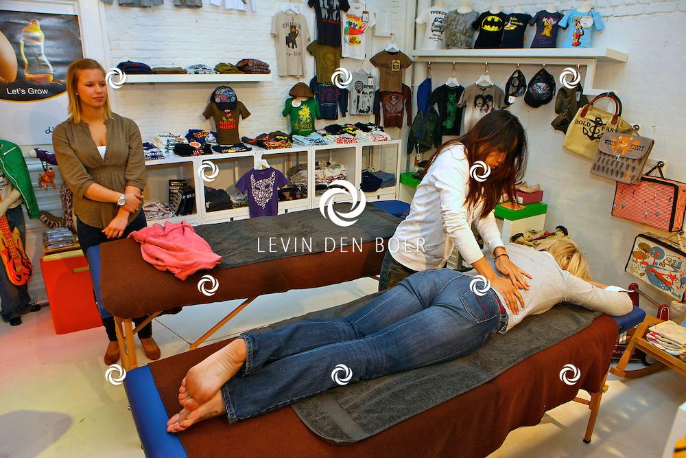 ANTWERPEN - In de kinderkledingwinkel Kayo aan de Museumstraat was een Difrax Mom's Moment georganiseerd. Joyce de Troch op de massagetafel. FOTO LEVIN DEN BOER - PERSFOTO.NU