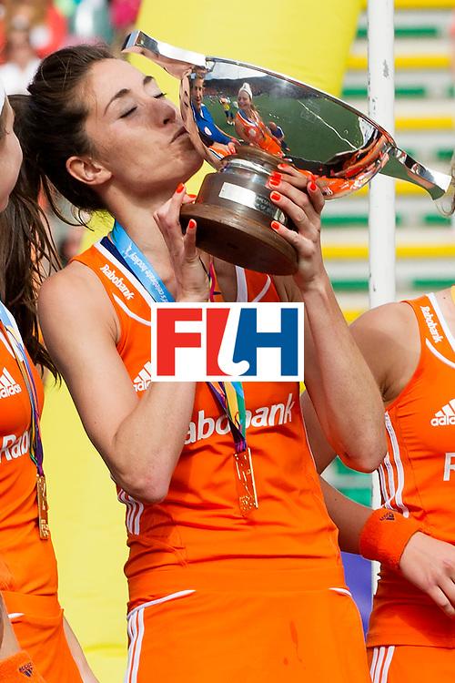 THE HAGUE - Rabobank Hockey World Cup 2014 - 14-06-2014 - WOMEN - FINAL NETHERLANDS - AUSTRALIA 2-0 -  DAMES NEDERLAND WERELDKAMPIOEN HOCKEY - NAOMI VAN AS KUST DE WERELDBEKER<br /> Copyright: Willem Vernes