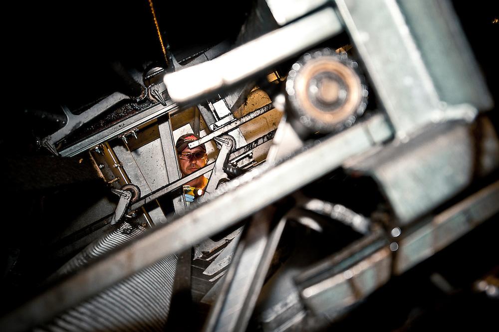 Le mécanicien d'ascenseur Réjean Ouimet ajuste les chaines des escaliers mécaniques aux millimètres prêts..© Caroline Hayeur/Agence Stock Photo
