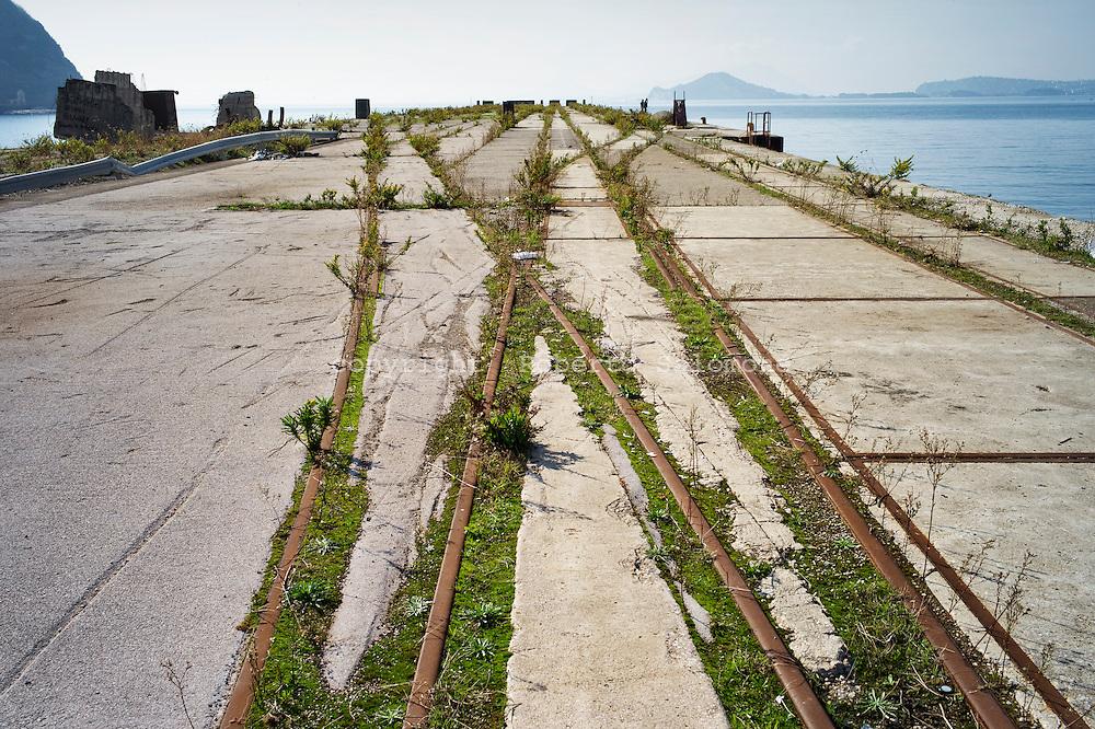 Bagnoli, Italia - 3 novembre 2011. Il pontile sud dell'ex area industriale dell'ILVA di Bagnoli che servirà da approdo per le barche durante le due tappe dell'America's Cup versa ancora in stato di abbandono. La riqualificazione dell'area, dopo 20 anni, è ancora da compiersi. Con l'arrivo di due tappe della celebre competizione velica dell'America's Cup nello specchio d'acqua compreso tra Nisida e Pozzuoli, si spera in un'accelerazione del processo di bonifica e riqualificazione del territorio. si  Ph. Roberto Salomone Ag. ControluceITALY -  One of the piers of former ILVA industrial area that will be used by America's Cup teams during the two rounds hosted in Bagnoli still lays in abandoned conditions. The area should be requalified after more than 20 years of abandon. Two rounds of the America's Cup sailing competition will be hosted in Bagnoli in the next months; this should give a boost to the requalification of the entire area.4