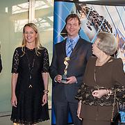 NLD/Enschede/20150318 - Prinses Beatrix en Prinses Mabel aanwezig bij uitreiking Prins Friso ingenieursprijs , Prinses Mabel, winnaar Allard van Hoeken,prinses Mabel en prinses Beatrix tijdens de eerste uitreiking van de Prins Friso Ingenieursprijs. De medewerker van Bluewater Energy Services werd gekozen tot Ingenieur van het Jaar