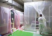 Boite a gant sous vinyle et sas de protection dans la cellule 112 du site AREVA STMI TRIADE.<br /> Glovebox wrapped in vinyl and a controlled protection chamber inside Cell 112 of the AREVA STMI TRIADE facility.