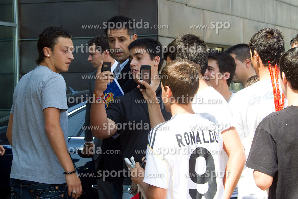 18.08.2010, Madrid, ESP, Real Madrid, Neuzugang Mesut Otzil, German player Mesut Ozil leaves clinic after medical tests before signing contract as new Real Madrid player. EXPA Pictures © 2010, PhotoCredit: EXPA/ Alterphotos/ Alex Cid-Fuentes +++++ ATTENTION - OUT OF SPAIN +++++. / SPORTIDA PHOTO AGENCY