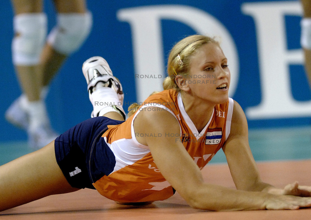 11-09-2006 VOLLEYBAL: TEAMPRESENTATIE AAN HOOFDSPONSOR DELA: EINDHOVEN<br /> De NeVoBo heeft uitvaartverzekeraar en - verzorger DELA gepresenteerd als nieuwe hoofdsponsor van het nationale damesteam. De dames werden in het Indoorsportcentrum Eindhoven aan het personeel voorgesteld / Kim Staelens<br /> &copy;2006-WWW.FOTOHOOGENDOORN.NL