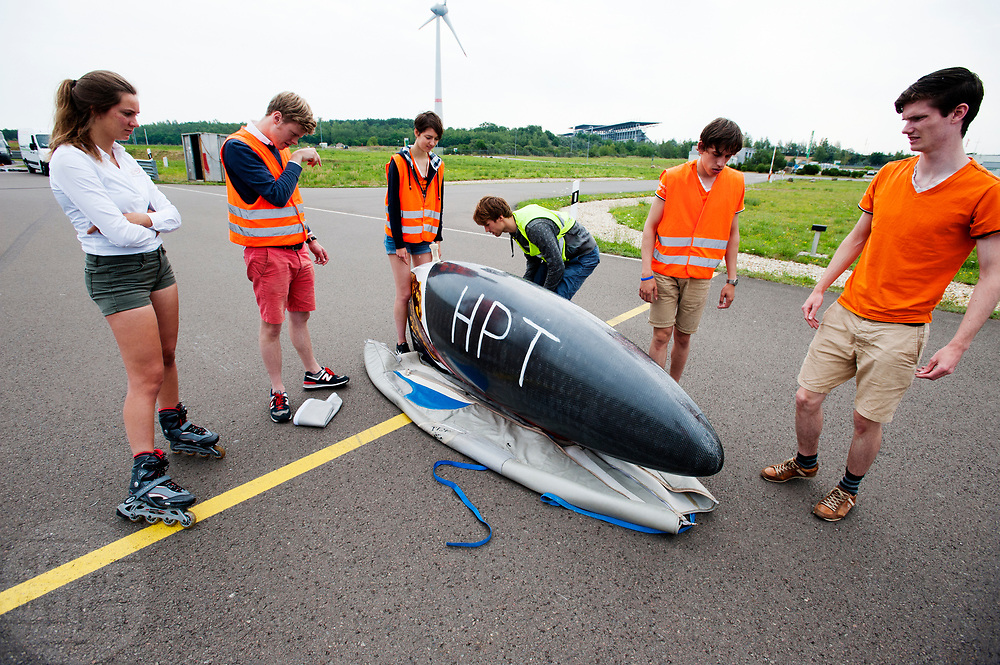 Het Human Power Team Delft en Amsterdam (HPT), dat bestaat uit studenten van de TU Delft en de VU Amsterdam, is in Senftenberg voor een poging het laagland sprintrecord te verbreken op de Dekrabaan. In september wil het Human Power Team Delft en Amsterdam, dat bestaat uit studenten van de TU Delft en de VU Amsterdam, tijdens de World Human Powered Speed Challenge in Nevada een poging doen het wereldrecord snelfietsen voor vrouwen te verbreken met de VeloX 7, een gestroomlijnde ligfiets. Het record is met 121,44 km/h sinds 2009 in handen van de Francaise Barbara Buatois. De Canadees Todd Reichert is de snelste man met 144,17 km/h sinds 2016.<br /> <br /> The Human Power Team is in Senftenberg, Germany to race at the Dekra track as a preparation for the races in America. With the VeloX 7, a special recumbent bike, the Human Power Team Delft and Amsterdam, consisting of students of the TU Delft and the VU Amsterdam, also wants to set a new woman's world record cycling in September at the World Human Powered Speed Challenge in Nevada. The current speed record is 121,44 km/h, set in 2009 by Barbara Buatois. The fastest man is Todd Reichert with 144,17 km/h.