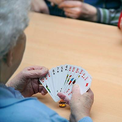 Nederland, Nijmegen, 10-2-2009Bejaarde, vrouwen spelen een spelletje kaart, jokeren, in de recreatiezaal van een verzorgingshuis. Ontspanning, recreatie, ouderen, bejaarden, hersenen, hersengymnastiek, kaartspel, rimpel huid.Foto: Flip Franssen