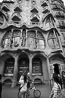 Xavi on His Bicycle in Front of Casa Batlló in Barcelona, Spain. Image taken with a Nikon 1 V1 and 6.7-13 mm VR lens (ISO 160, 6.7 mm, f/4, 1/500 sec).