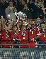 FUSSBALL  CHAMPIONS LEAGUE  FINALE  SAISON 2012/2013  25.05.2013 Borussia Dortmund - FC Bayern Muenchen JUBEL CHL Sieger FC Bayern Muenchen; Franck Ribery, Thomas Mueller, Philipp Lahm mit Pokal, Mario Mandzukic und Arjen Robben (v.li.)