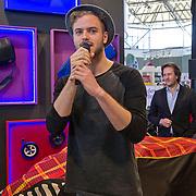 Op de Negenmaandenbeurs in de RAI te Amsterdam, kom je bekende Nederlanders tegen. Zo ook JIM BAKKUM die een nieuw model kinderwagen onthulde.