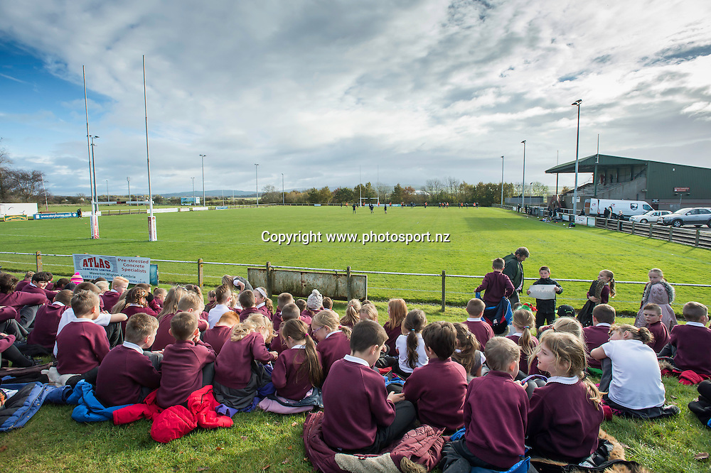 Picture by Allan McKenzie/SWpix.com - 10/11/2016 - Rugby League - 2016 Ladbrokes 4 Nations - New Zealand Kiwis Captains Run - Aspatria Rugby Club, Aspatria, England - Children from the local schools come to watch the Kiwis train at Aspatria rugby club. Copyright Image: SWPix / www.photosport.nz