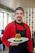 Martin Hrbek - Eigentümer und Koch mit einem Hauptgericht - im Essence Restaurant in der Stitneho Strasse in Prag Zizkov.