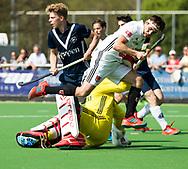 AMSTELVEEN -  Hockey Hoofdklasse heren Pinoke-Amsterdam (3-6). Caspar Horn (A'dam) stuit op Keeper Derek van Essen (Pinoke)  met Morris de Vilder (Pinoke)   COPYRIGHT KOEN SUYK