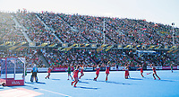 LONDEN - Caia Van Maasakker (Ned) scoort uit een strafcorner , voor volle tribunes,  tijdens de finale Nederland-Ierland (6-0) bij  wereldkampioenschap hockey voor vrouwen. links Keeper Grace O'Flanagan (Ier) en Zoe Wilson (Ier)  COPYRIGHT  KOEN SUYK