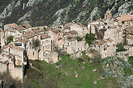 vista del centro storico di Romagnano al Monte, abbandonato dopo il terremoto del 1980;<br />