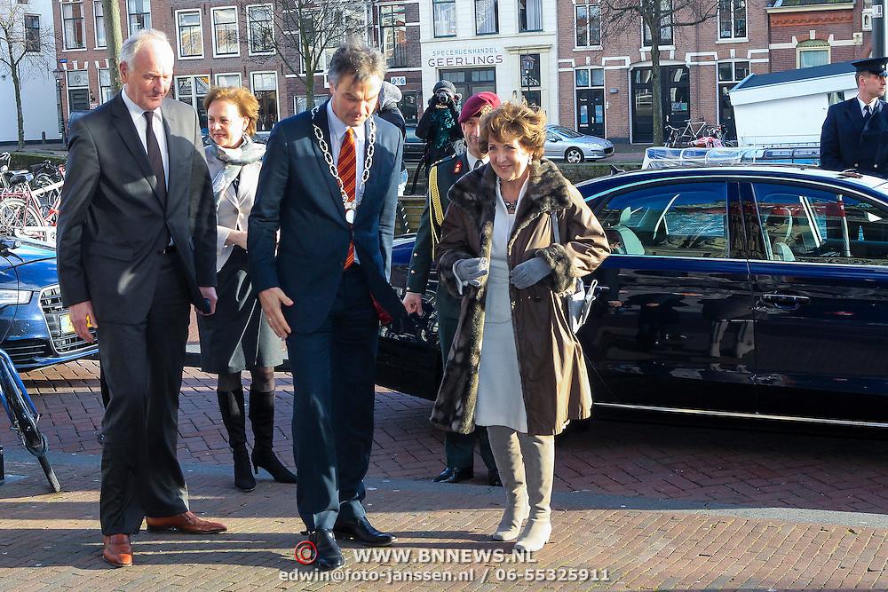NLD/Haarlem/20130205 - H.K.H. Prinses Margriet opent tentoonstelling Hollandse Meesters in het Teylers Museum, Burgemeester Bernt Schneider begroet prinses Margriet