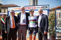 Lizzie Armitstead (Boels-Dolmans Cycling Team) poses with UCI President Brian Cookson and Renato di Rocco, member of the UCI Management Comittee.