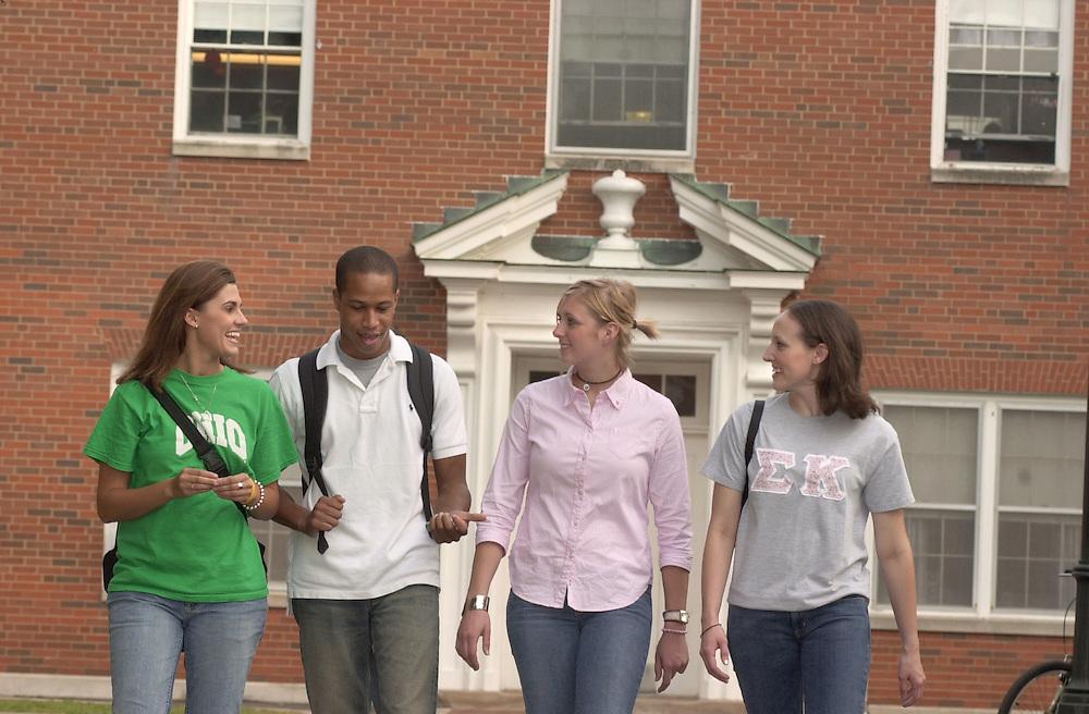 16666Fall Campus shots : Students walking/Stocker