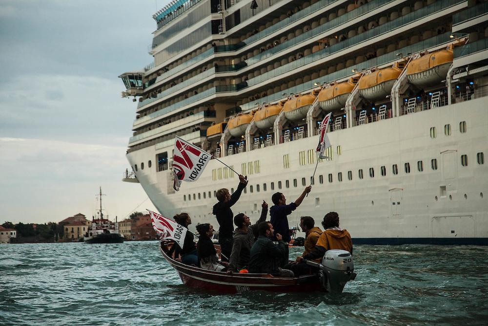 Venezia, Canale della Giudecca. Manifestazione contro le Grandi Navi da crociera. 4 ottobre 2015.